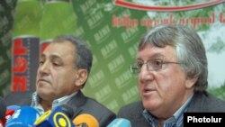 Члены легендарной команды «Арарат-73» Аркадий Андреасян (справа) и Сергей Погосян на пресс-конференции, Ереван, 11 октября 2011 г.