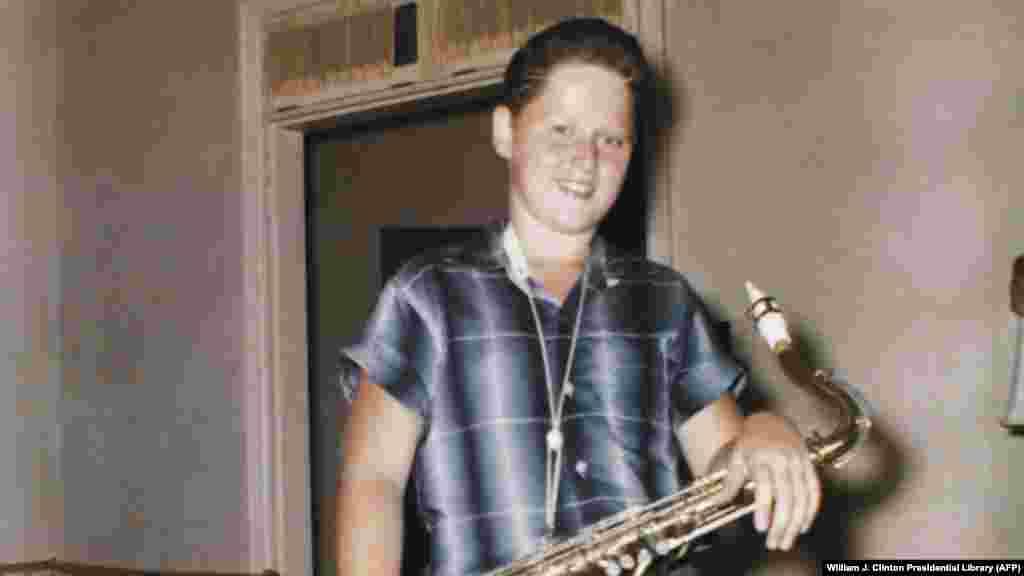 Білл Клінтон із саксофоном у своєму будинку в Арканзасі, 1958 рік