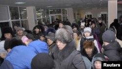 Banorët mblidhen në një stadium lokal pas një tërmeti në Kyzyl të Rusisë në dhjetor të vitit të kalaur