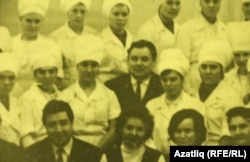 Юныс Әхмәтҗанов (икенче рәттә уртада) аш-су осталары белән