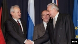 Slobodan Milošević i Franjo Tuđman se rukuju na potpisivanju Dejtonskog sporazuma za BiH, 21. novembar 1995 (Alija Izetbegović u pozadini)