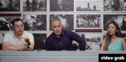 Гражданские активисты Ермек Нарымбаев (слева), Айдос Садыков и Молдир Адилова на пресс-конференции в Киеве. 15 июля 2016 года.