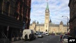 Policët duke e ndjekur situatën gjatë të shtënave në parlamentin e Kanadasë në Otavë më 22 tetor