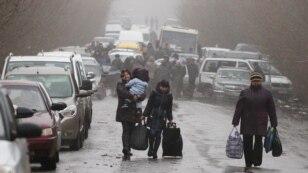 Місцеві жителі на трасі біля пропускного пункту «Зайцеве», що на Донеччині. Дорога з Горлівки до Артемівська залишається єдиною стабільно функціонуючою в регіоні. КПП «Зайцеве», 25 листопада 2015 року