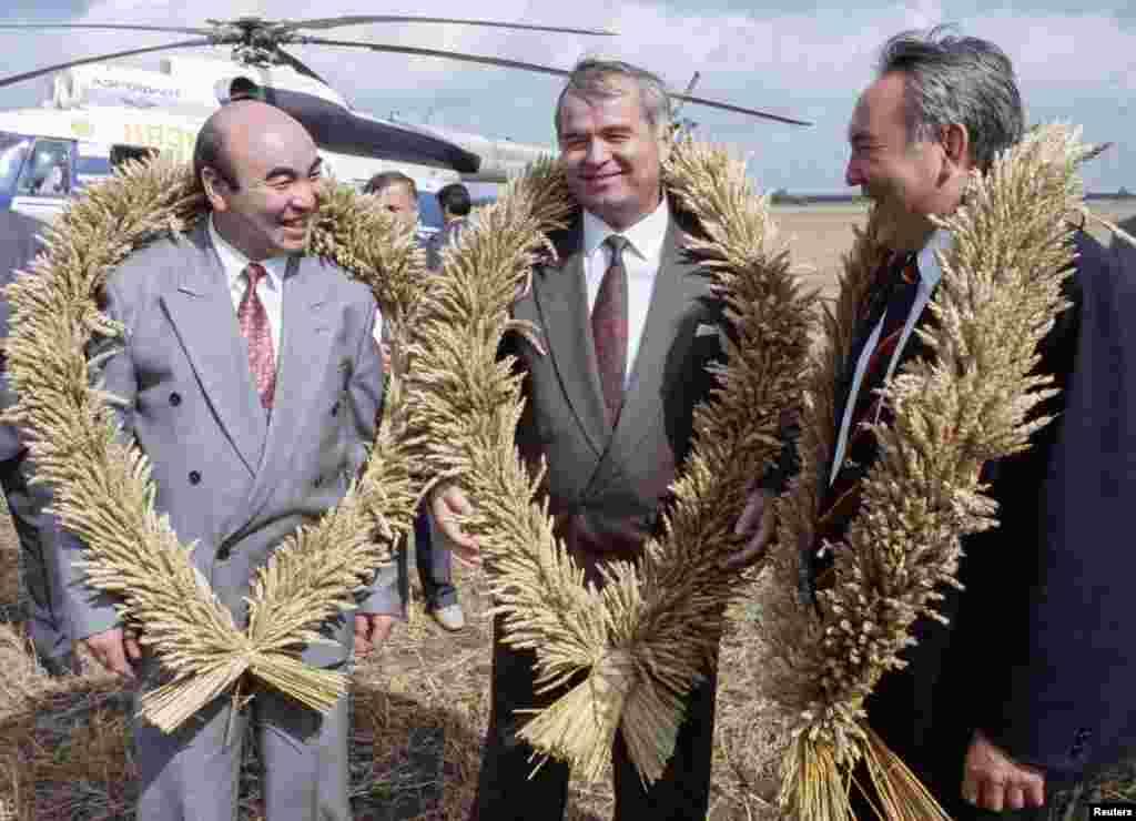 Кыргызстандын биринчи президенти Аскар Акаев, казак президенти Нурсултан Назарбаев жана Ислам Каримов. 27-август, 1993-жыл
