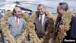 Президент Узбекистана Ислам Каримов (в центре) с президентом Кыргызстана Аскаром Акаевым (слева) и президентом Казахстана Нурсултаном Назарбаевым на пшеничном поле в Акмолинской области. 27 августа 1993 года.