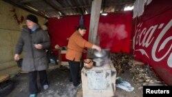 Жінки готують їсти в імпровізованій кухні на околиці Донецька, 21 жовтня 2014 року