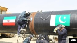 Iranians work on a section of a pipeline intended to deliver oil supplies to Pakistan. (file pjhoto)