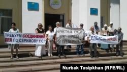 Одна из предыдущих акций группы жителей, заявляющих о нарушениях законов. Алматы, 31 июля 2017 года.
