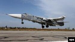 """Российский истребитель """"СУ-24М"""" взлетает с территории военной базы в Латакии, Сирия."""