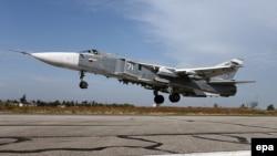 Российский бомбардировщик Су-24M нна авиабазе Хмеймим в Сирии.