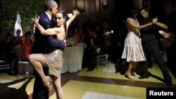 Президент США Барак Обама и его супруга Мишель танцуют танго во время торжественного приема у президента Аргентины Маурисьо Макри. Фото марта 2016 года.
