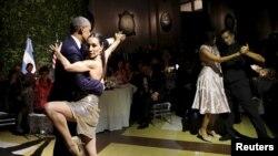 Президент США Барак Обама и его супруга Мишель танцуют танго. Буэнос-Айрес, 23 марта 2016 года.