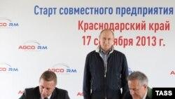 Зигфрид Вольф (справа) помогает Олегу Дерипаске со строительством в Сочи