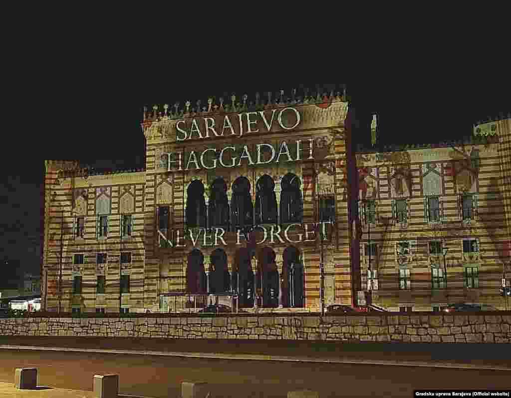 Noć uoči mise na Vijećnici je projicirana Hagada.Iz Gradske uprave je saopšteno da je na taj način Sarajevo odalo počast svim nevinim žrtvama holokausta, genocida i ratnih zločina.