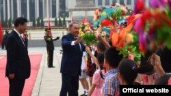 Президент Н. Назарбаев (оңдо) жана Кытай президенти Си Цзинпин (солдо) Бээжиндеги күтүп алуу аземи маалында. 31-август, 2015