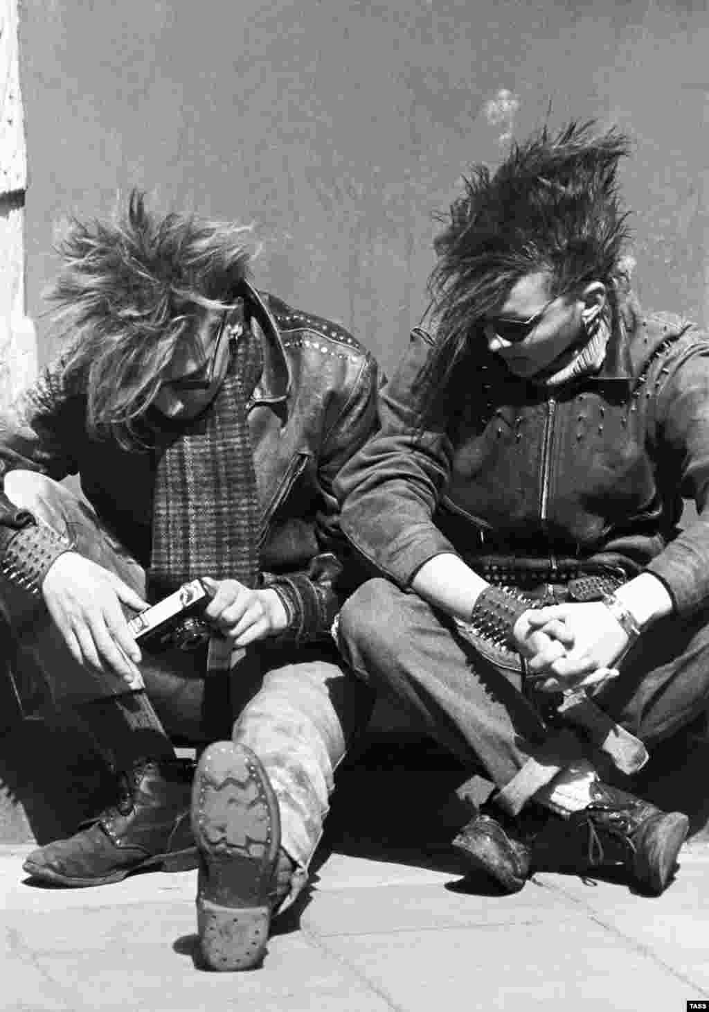 Панки на одной из московских улиц, 1987 год.