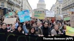 Демонстрации в Париже с требованием борьбы со всемирным потеплением 15 марта 2019 года.