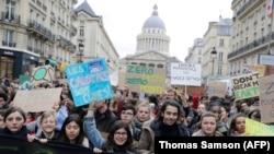 Демонстрации в Париже с требованием борьбы со всемирным потеплением 15 марта 2019 года