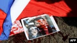 Расейскі сьцяг і партрэт сырыйскага прэзыдэнта Башара Асада ў чырвонай фарбе на зямлі каля амбасады Расеі ў Лібане (архіўнае фота)