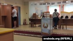 Избирательный участок в минской школе.