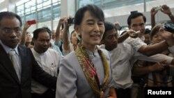 Su Ki në Aeroportin Ndërkombëtar të Jangonit, para nisjes drejt Evropës - 13 qershor 2012.