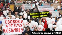 Russians rally outside the Volokolamsk town hall demanding the closure of the Yadrovo landfill on April 1.
