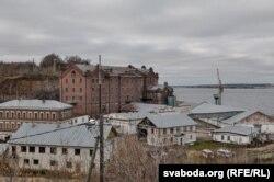 В высоком красном кирпичном здании находилась квартира Купалы