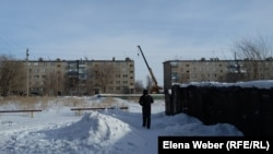 Подъезд, который рухнул 1 января 2017 года, еще восстанавливают. Поселок Шахан Карагандинской области, январь 2017 года.