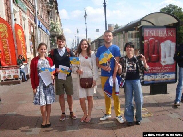Участники акции в поддержку Украины в Петербурге