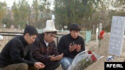 Friends and former colleagues of Alisher Saipov at his gravesite in Osh