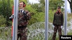 Установка заграждения из колючей проволоки на южной границе Венгрии