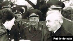 """Григорий Васильевич Романов (справа) в """"Берлинской"""" мотострелковой бригаде. Берлин, 1983"""