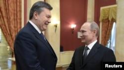 Putin dhe Yanukovich duke u përshëndetur pak para fillimit të ceremonisë së hapjes së Lojërave Olimpike në Soçi