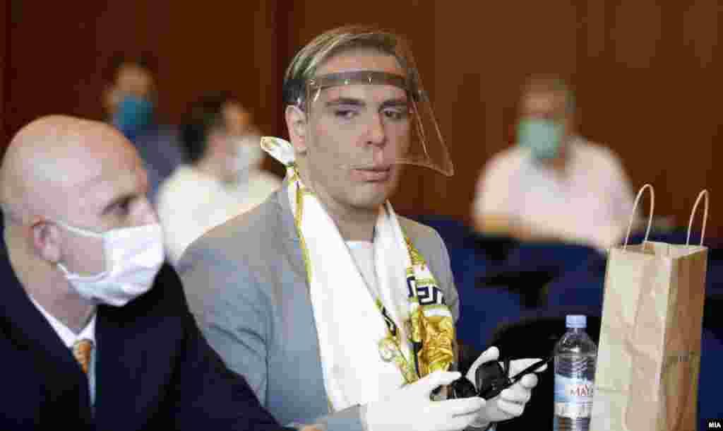 МАКЕДОНИЈА - Бојан Јовановски - Боки 13, кој е осуден во предметот Рекет, денеска повторно беше спроведен во Основното јавно обвинителство Скопје каде поднел кривични пријави за триесетина државни функционери и приватни лица.