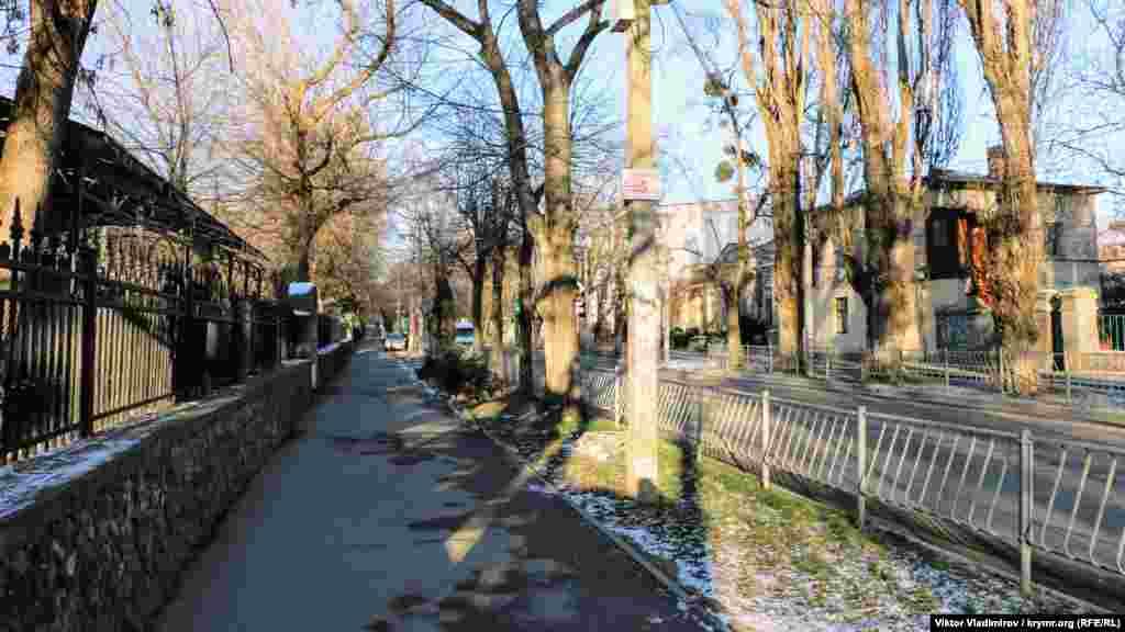 Наразі з лівого боку навпроти маєтку, в якому зупинявся Черчилль, за залізною огорожею розташований Дитячий парк