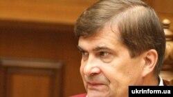 Суддя Конституційного Суду України Анатолій Головін під час засідання КСУ, 1 жовтня 2010 року