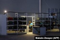 Оборудование криптофермы, иллюстративное фото
