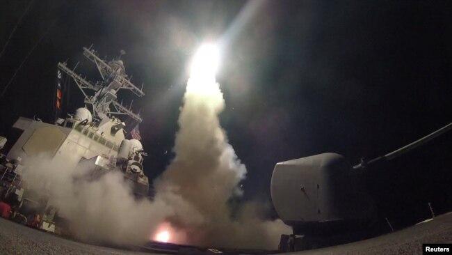 Пуск ракет з американського есмінця USS Porter по авіабазі в Сирії, Середземне море, 7 квітня 2017 року
