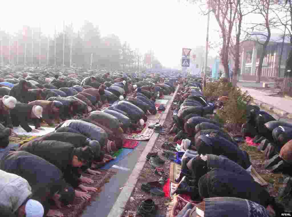 Намаз учуру - Kyrgyzstan -- On Kyrgyz Muslims' Kurman Ait (Eid al-Adkha) Mass Prayer at the Square, Bishkek, 08dec08