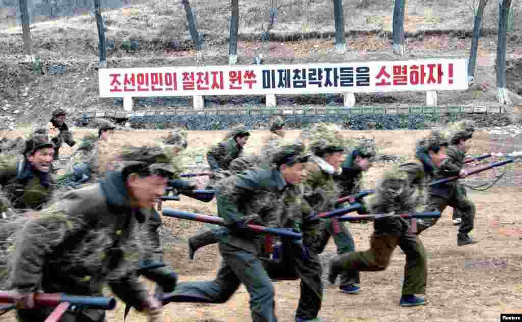 По данным лондонского Института стратегических исследований, под ружьем в вооруженных силах КНДР состоят 1190000 человек, плюс 600 тысяч резервистов