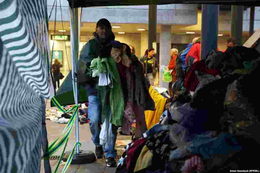 Організована роздача одягу та взуття, які збирають по всій Європі, їжі та чистої питної води, про що повідомляють розвішані в метро оголошення арабською