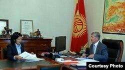 Президент Алмазбек Атамбаев менен Билим берүү жана илим министри Элвира Сариева.
