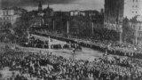 Під час проголошення Акту Злуки українських земель на Софійській площі в Києві. 22 січня 1919 року. Фото зроблено з дзвіниці Софійського собору, на горизонті видно ще не зруйнований більшовиками Михайлівський Золотоверхий собор