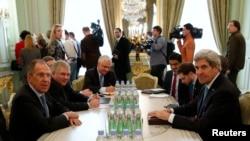 Сергій Лавров (л) і Джон Керрі (п) на зустрічі в резиденції посла Росії в Парижі, 5 березня 2014 року