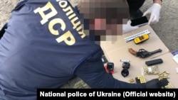Ukrán rendőrök vizsgálják a Radoje Zvicer elleni gyilkossági kísérlet egyes bűnjeleit Kijevben, 2020. május 27-én