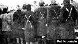 Екінші дүниежүзілік соғыс кезіндегі Равенсбрюк концлагеріндегі тұтқындар. Германия. (Көрнекі сурет)
