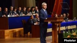 Президент Армении, лидер РПА Серж Саргсян выступает на съезде партии (архивная фотография)