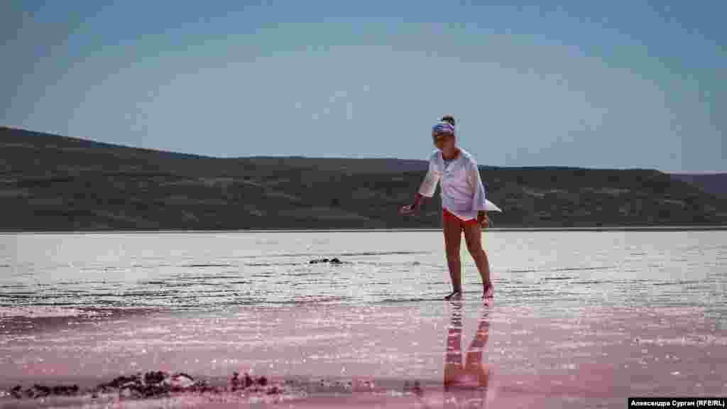 Местные жители утверждают, что особенно ярким озеро становится в июле.