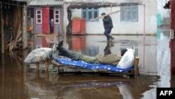 У затопленым двары ў Хваенску, Жыткавіцкі раён. Фота Віктара Драчова, AFP